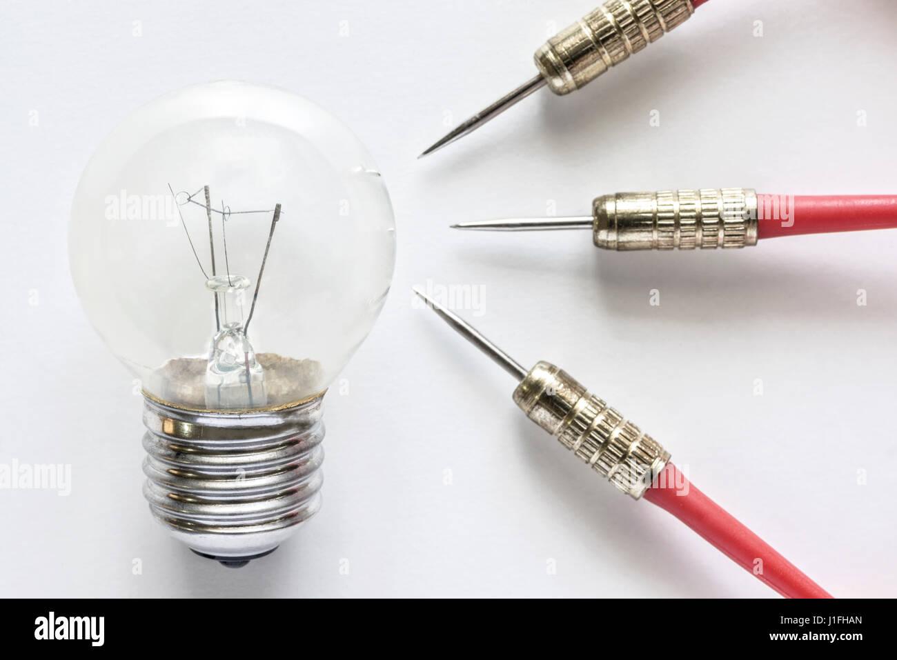 Primo piano lampadina lampada con tre dart su sfondo bianco, idea e il successo del business concept Immagini Stock