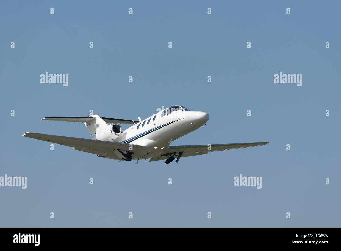 Business Jet direttamente dopo il decollo accelerazione con il ritiro del carrello di atterraggio Immagini Stock