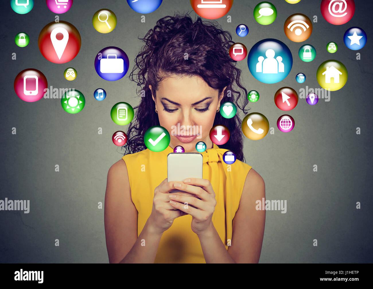 Una moderna tecnologia di comunicazione mobile high tech concetto. Felice giovane donna utilizzando messaggi di Immagini Stock