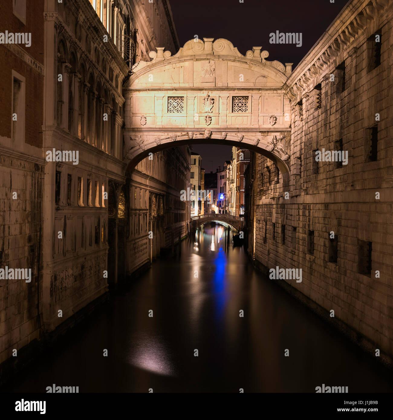 Una lunga esposizione immagini notturne del Ponte dei Sospiri oltre il rio di Palazzo Venezia Italia Immagini Stock