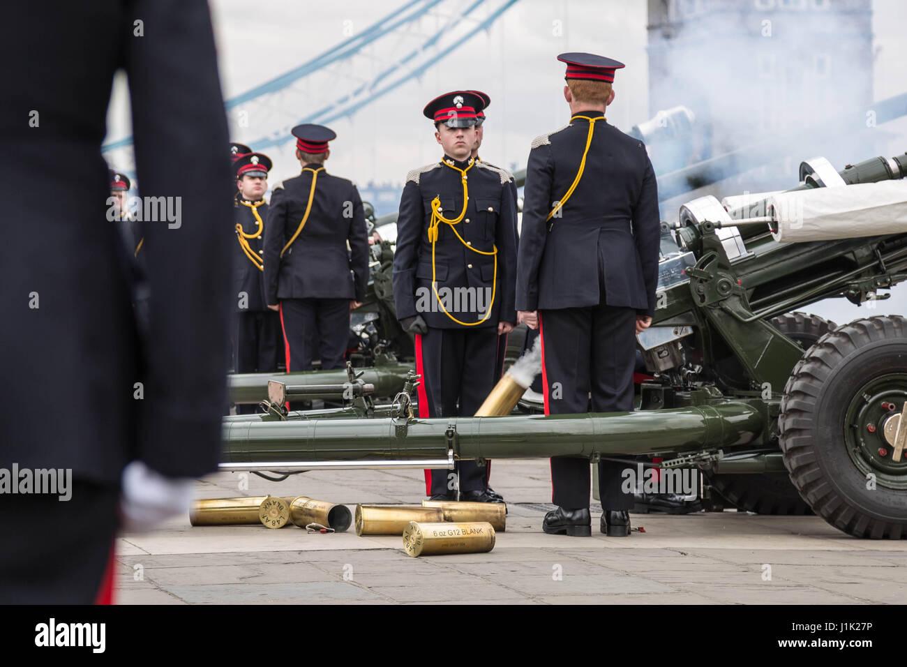 Londra, Regno Unito. Xxi Aprile, 2017. 62-gun salute licenziato dalla Onorevole Compagnia di Artiglieria presso Immagini Stock