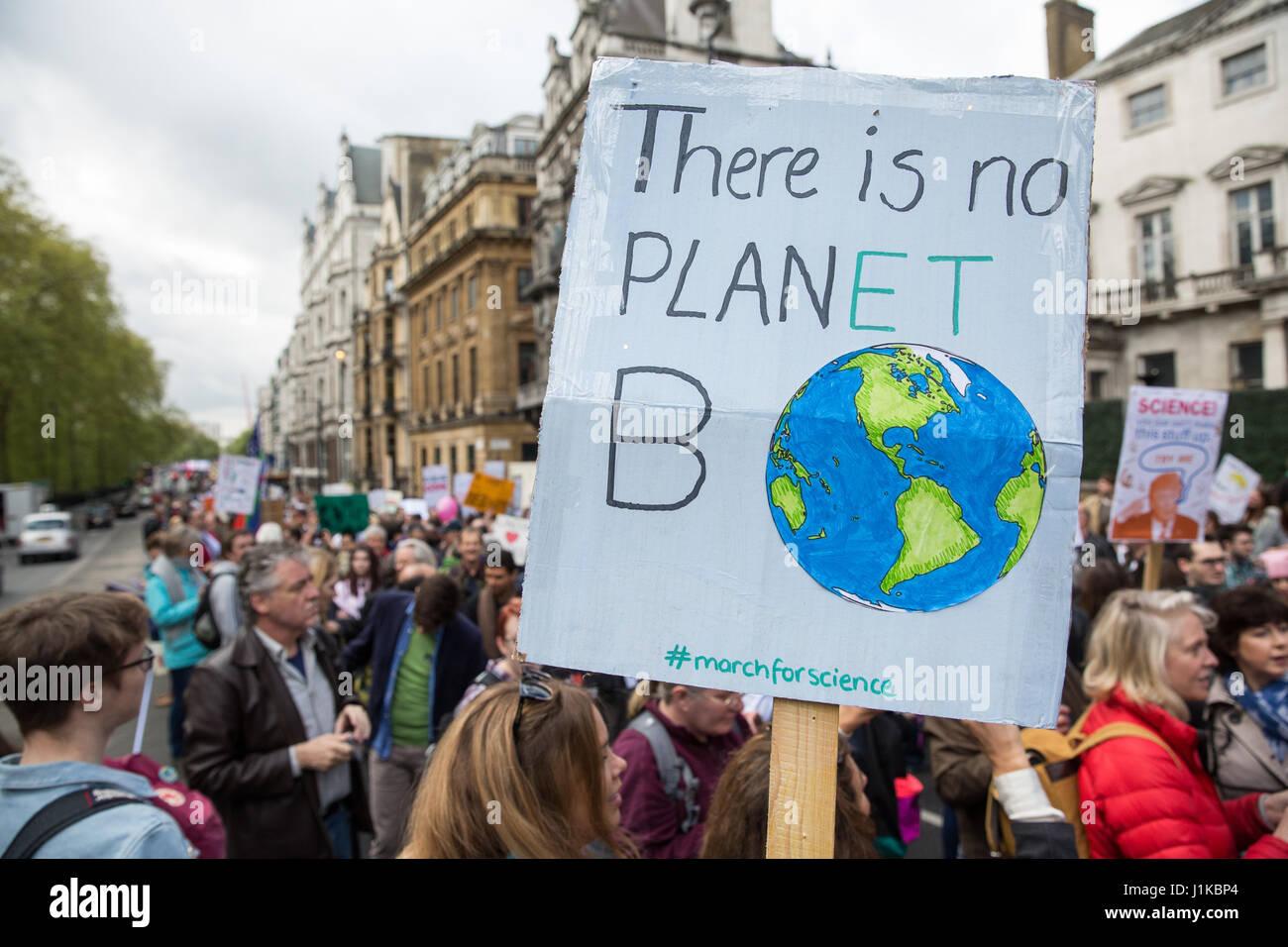 """Londra, Regno Unito. 22 apr, 2017. Gli scienziati marzo attraverso il centro di Londra sul 'Marco per la scienza"""" Immagini Stock"""