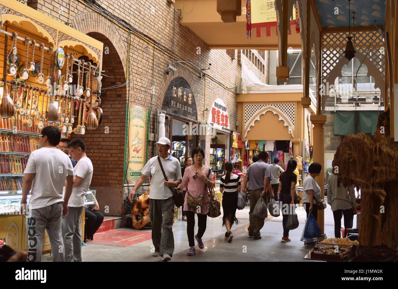 Architettura islamica e vicoli di musulmani mercato bazar di Urumqi, Xinjiang, Cina Immagini Stock