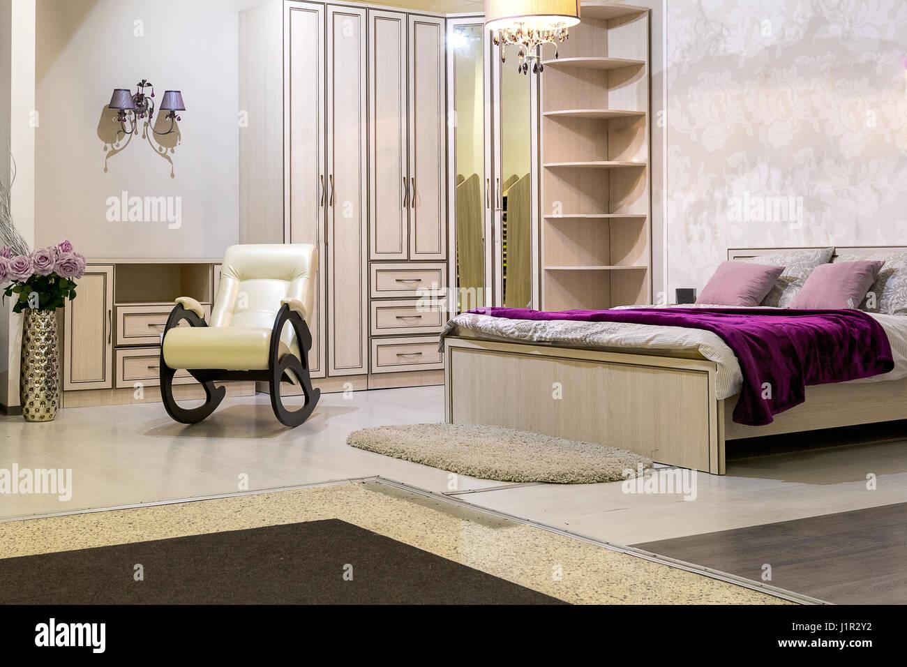 Camera da letto con un letto matrimoniale, un armadio, una ...