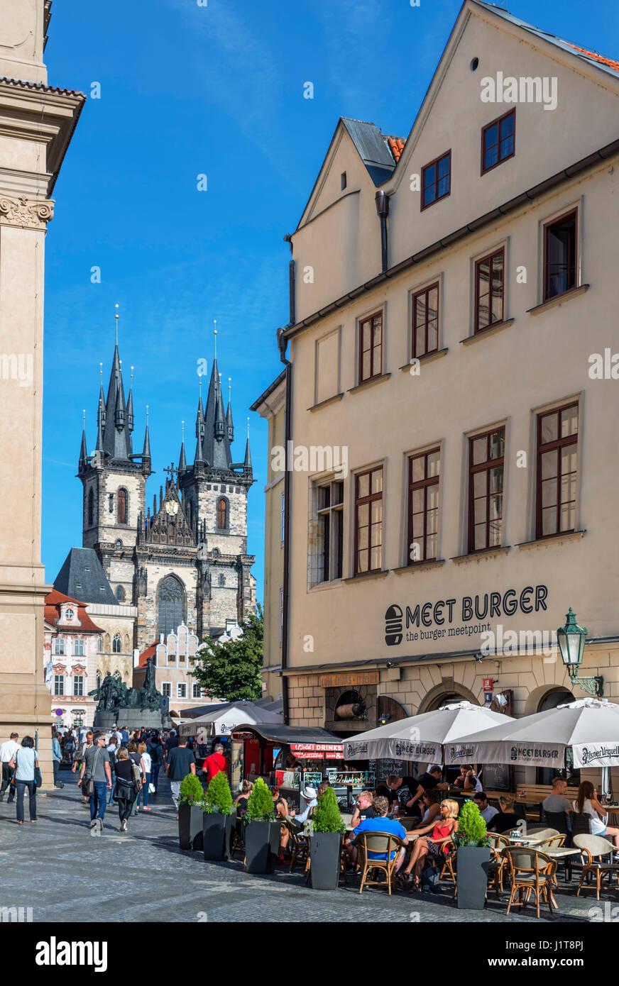 Cafe di Franz Kafka Square guardando verso la Città Vecchia Piazza e Chiesa di Nostra Signora di Týn, Immagini Stock