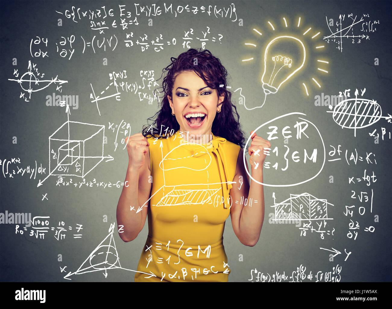 Smart Excited donna studente brillante idea lampadina e scuola di Alta Matematica e scienze formule su sfondo blackboard Immagini Stock