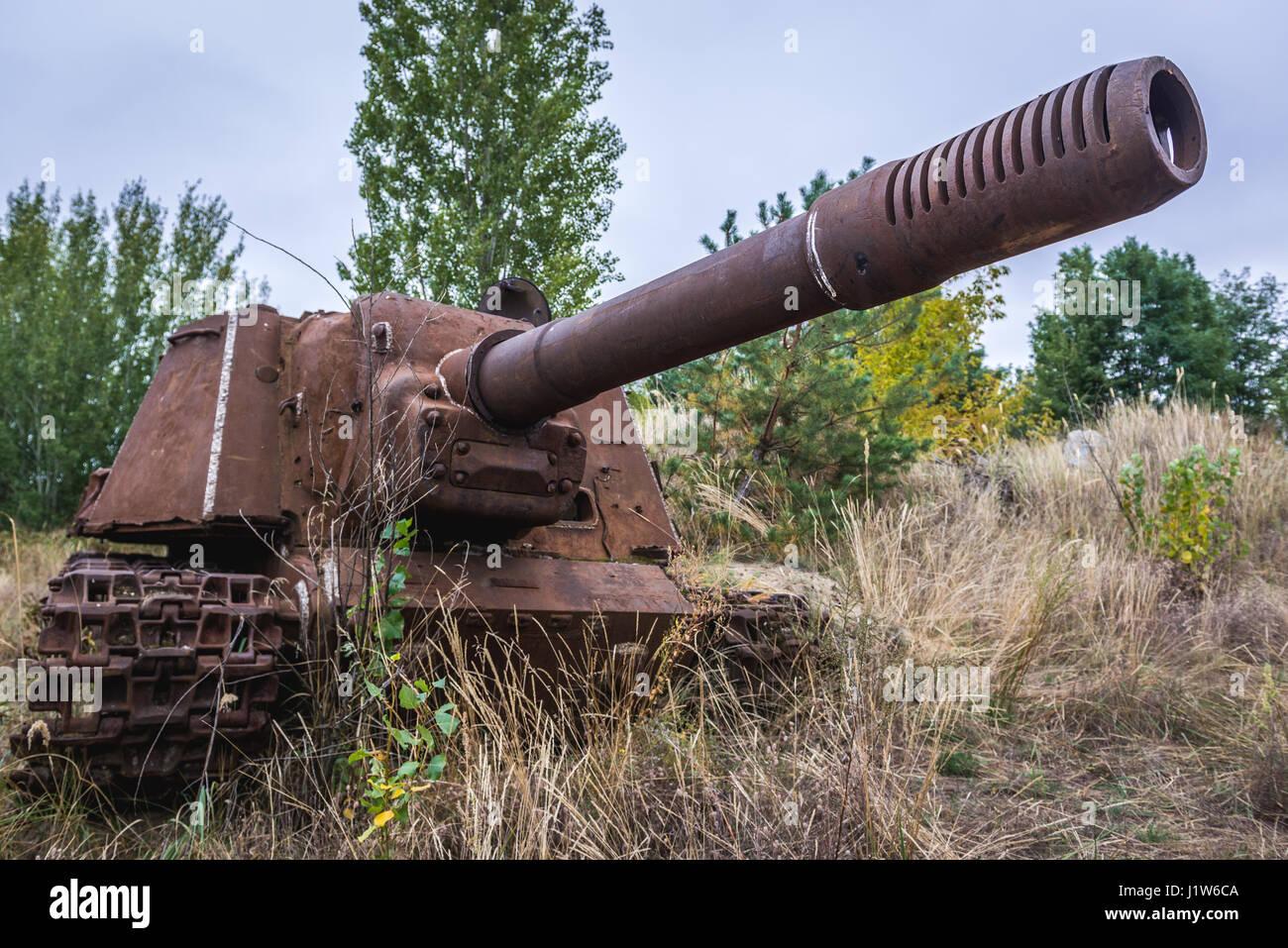 Abbandonato ISU sovietica-152 semovente per pistola vicino alla centrale nucleare di Cernobyl nella zona di alienazione Foto Stock