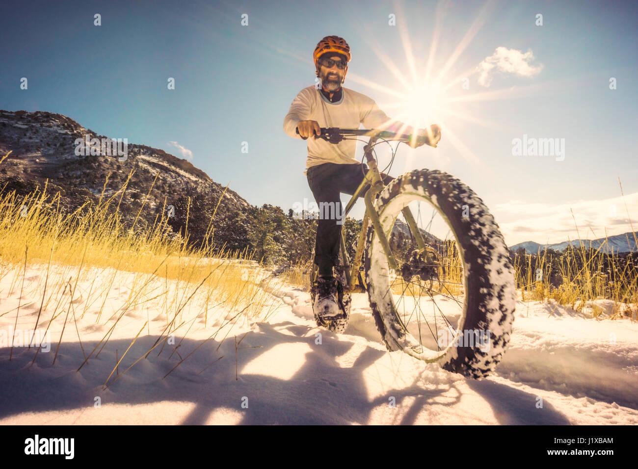 Ritratto di auto (Whit Richardson) a cavallo di un fatbike nel cavallo Gulch area, Durango, CO. Immagini Stock