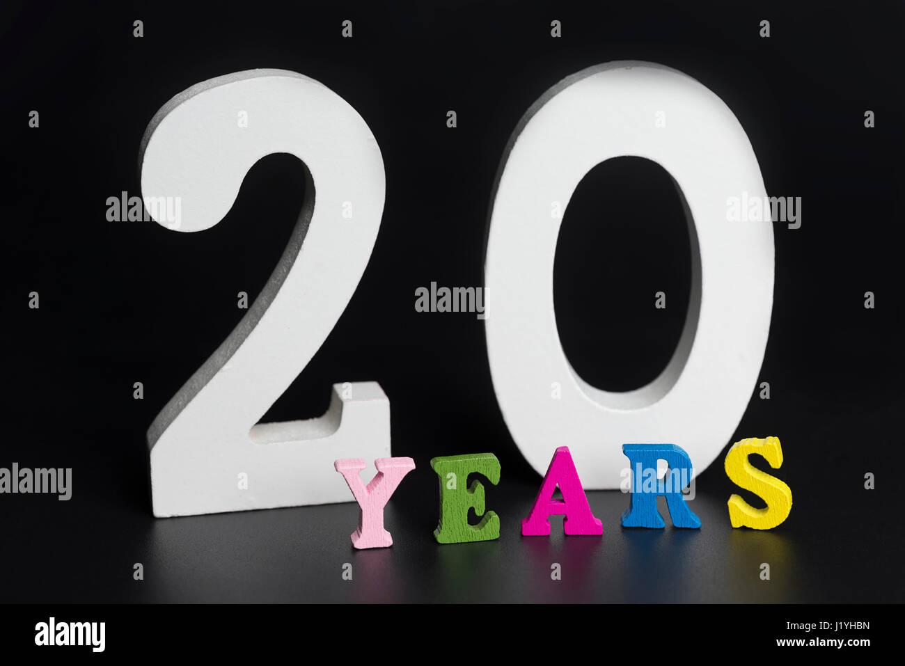 Lettere e numeri per venti anni su un isolato nero lo sfondo. Immagini Stock