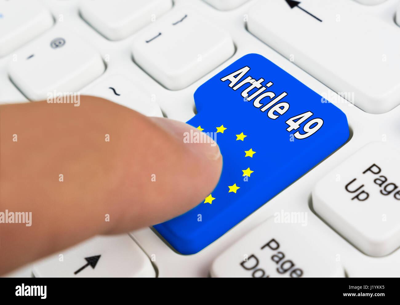 Dito che preme un articolo 49 pulsante per invocare l'articolo 49 del trattato di Lisbona per entrare nella Immagini Stock