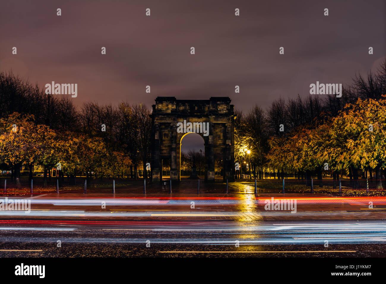 La McLennan Arch, Glasgow Green di notte. Foto Stock