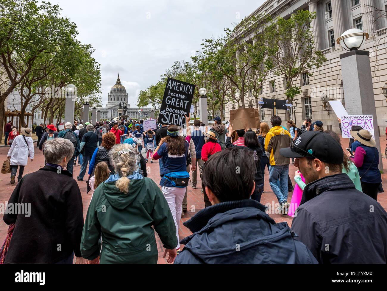 San Francisco, California, Stati Uniti d'America. Il 22 aprile, 2017. La giornata della terra dimostranti approccio Immagini Stock