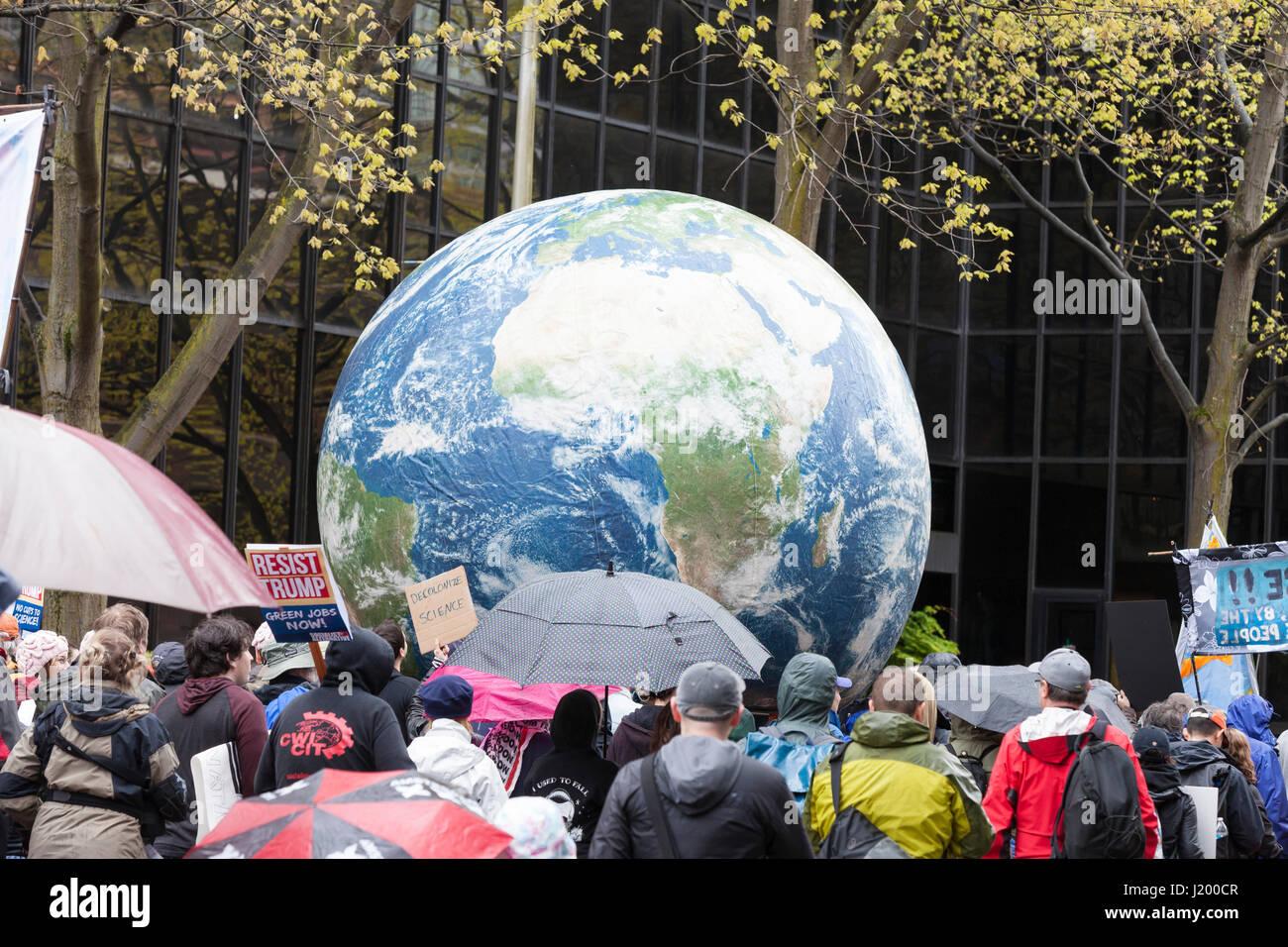 Seattle, Washington, Stati Uniti d'America. Il 22 aprile, 2017. Un mondo di grandi dimensioni si fa strada lungo Immagini Stock