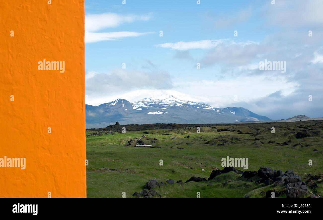 Vista su Neshraun campi di lava verso il ghiacciaio Snaefellsjökull e Parco Nazionale, Islanda. Immagini Stock