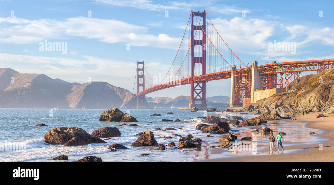 Classic vista panoramica del famoso Golden Gate Bridge visto da scenic Baker Beach in beautiful Golden luce della Immagini Stock