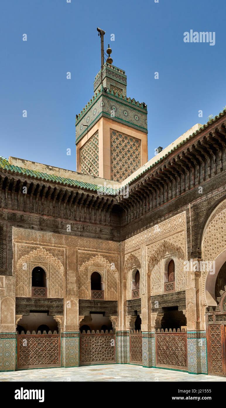 Cortile interno con architettura islamica di Bou Inania madrasa, ornati carving sulle pareti intonacate e sul lavoro Immagini Stock
