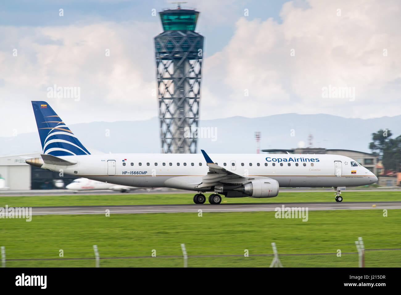 Una Copa Airlines Colombia Embraer E190AR accelera giù la pista presso l'Aeroporto Internazionale di El Immagini Stock