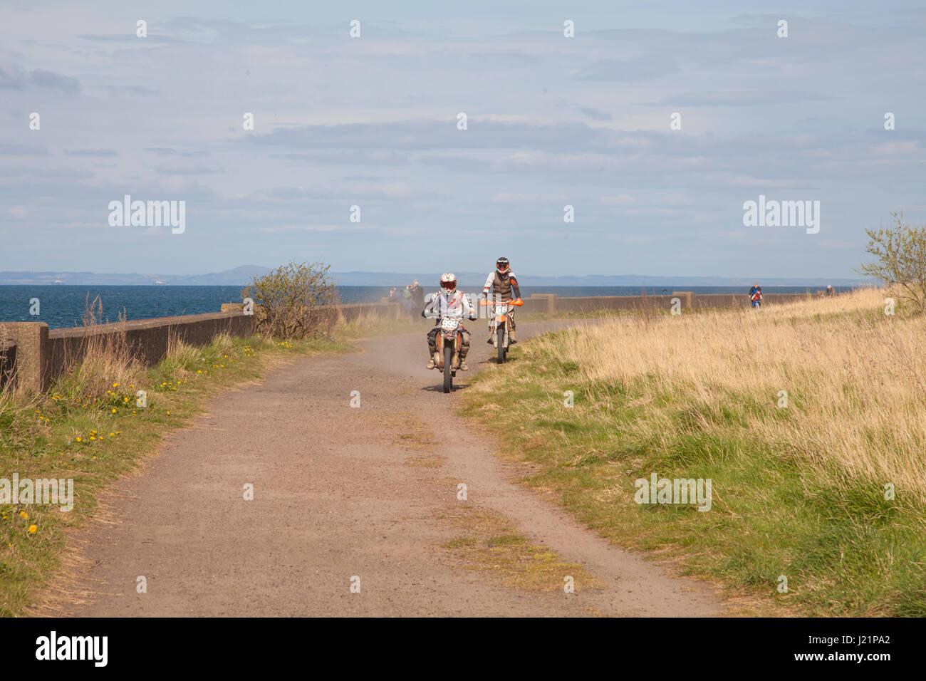 Edimburgo, Scozia, Regno Unito. 23 apr, 2017. Bike Rider a cavallo su un sentiero pedonale tra Musselburgh e Prestonpans Immagini Stock