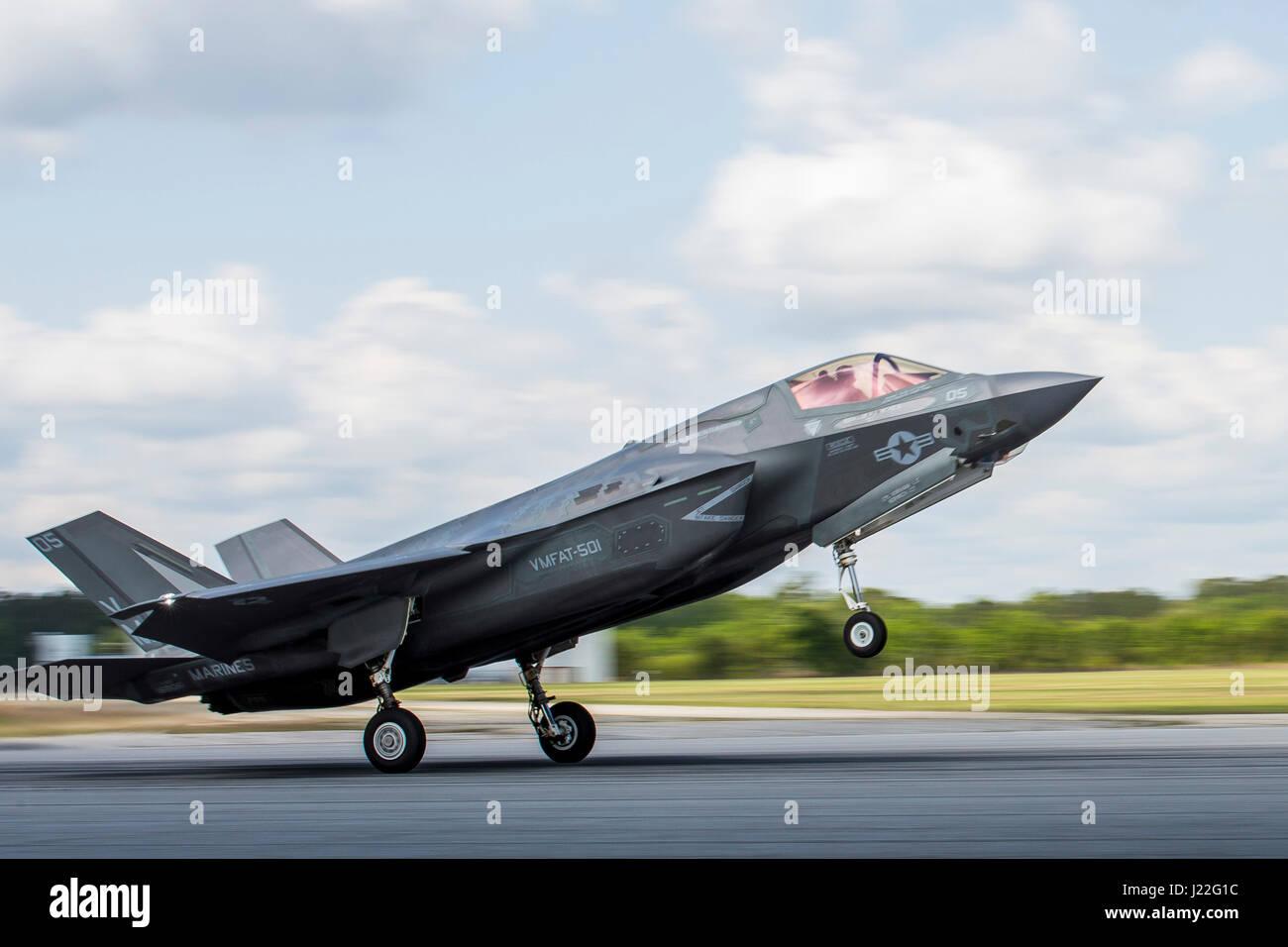 Un F-35B II illuminazione aeromobile atterra durante un esercizio di formazione con Airborne Tactical Advantage Immagini Stock