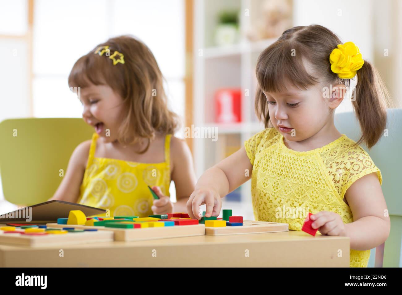 Bambini in età prescolare giocando con il selezionatore educativi giocattoli in aula, asilo o home Immagini Stock