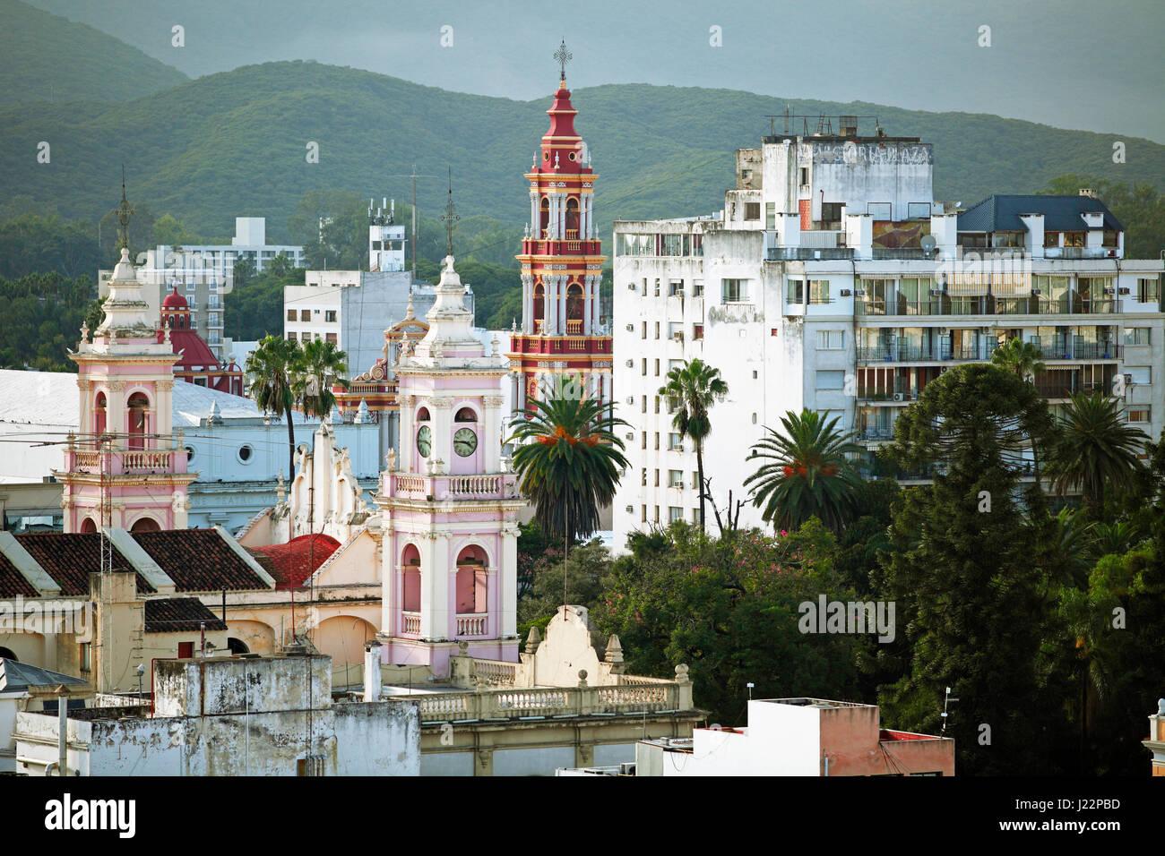 Paesaggio con la cattedrale e la Iglesia San Francisco, Salta, provincia di Salta, Argentina Immagini Stock
