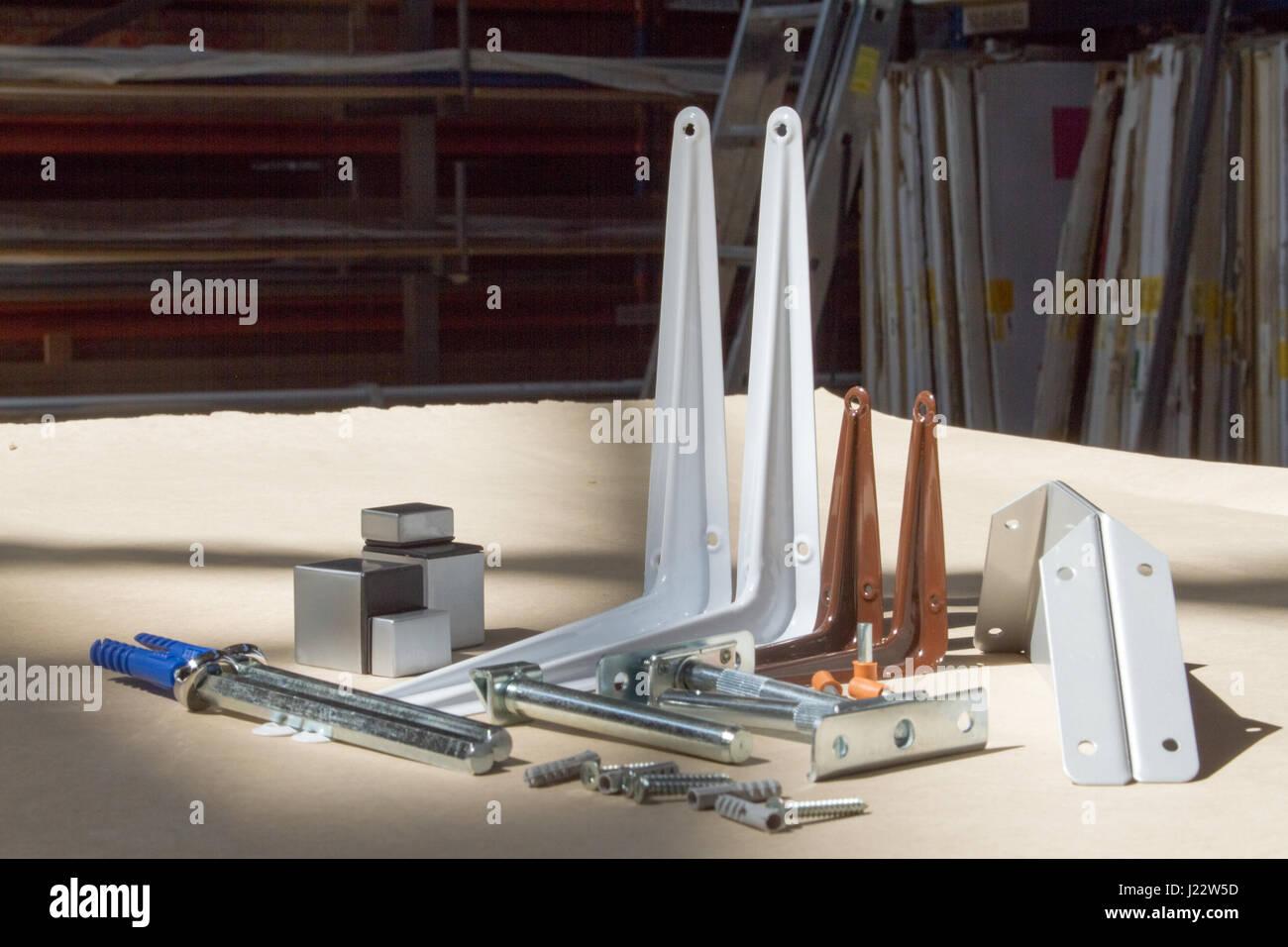 Supporto per ripiani in vetro o legno. Dispositivi di fissaggio per ...