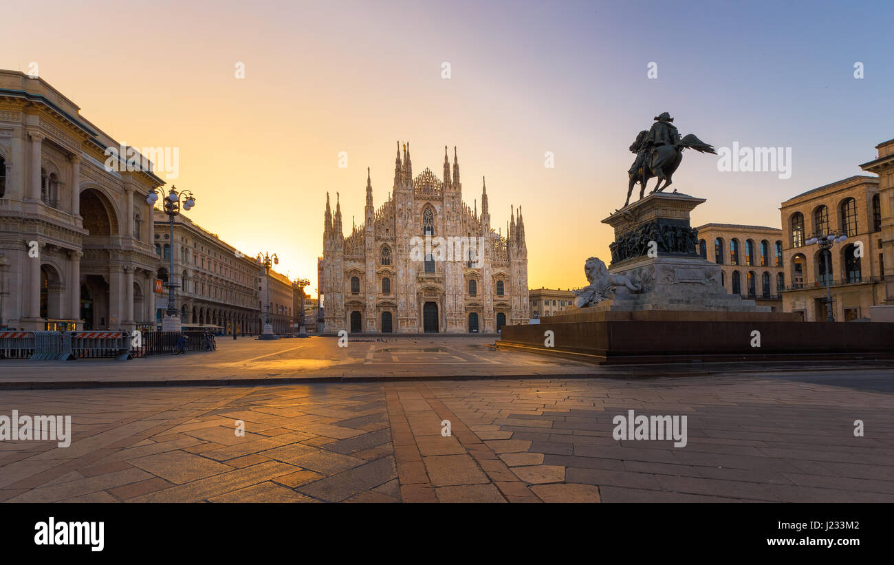 Duomo , Milano cattedrale gotica all'alba,l'Europa.La foto in orizzontale con copy-spazio. Immagini Stock
