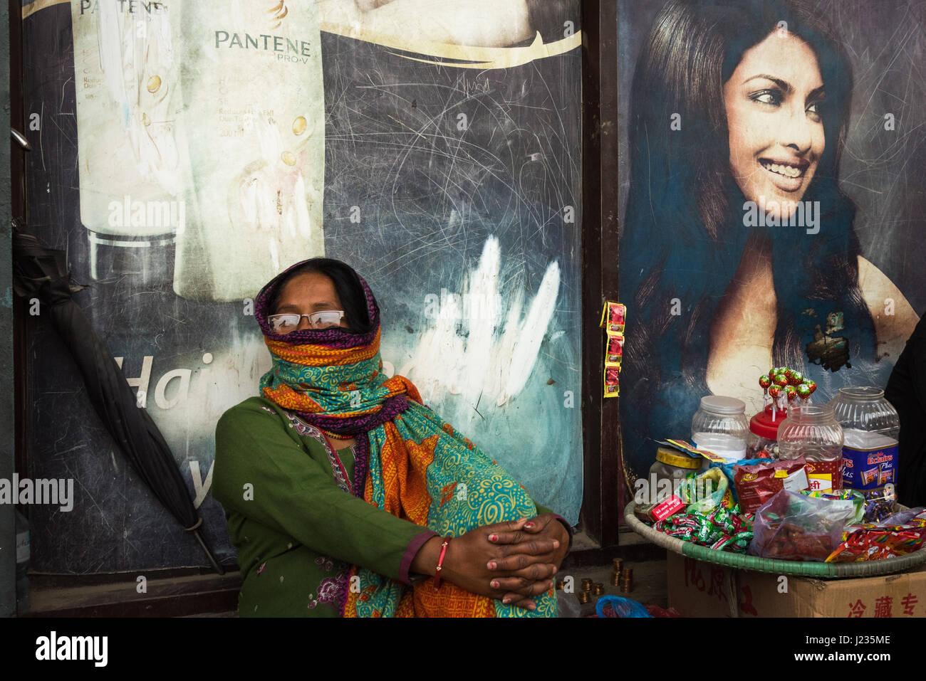 Donna coperta e una faccia dipinta in Patan, Nepal. Immagini Stock
