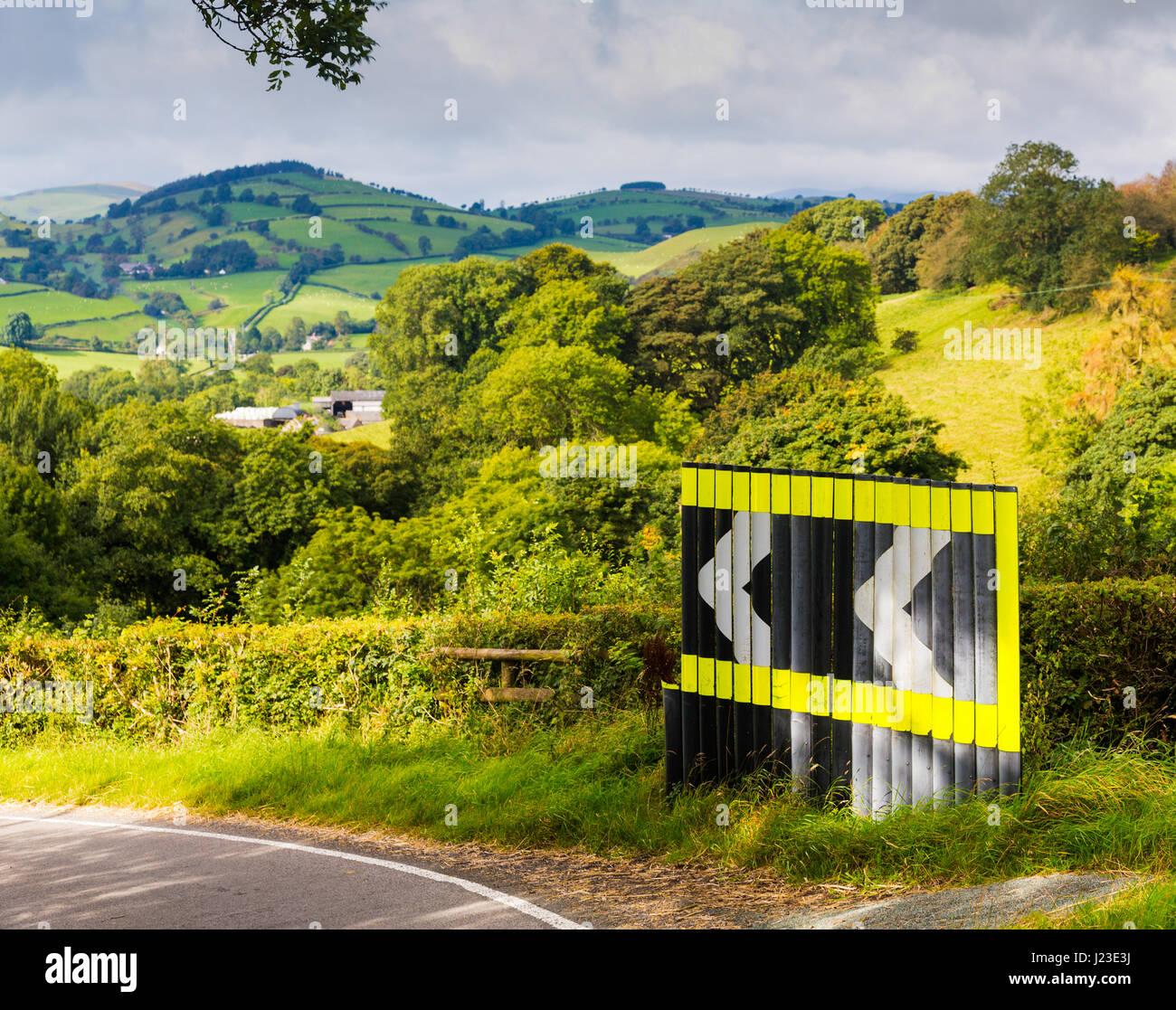 Curva pericolosa cartello di avviso in strada con freccia segni nella campagna di laminazione, REGNO UNITO Immagini Stock