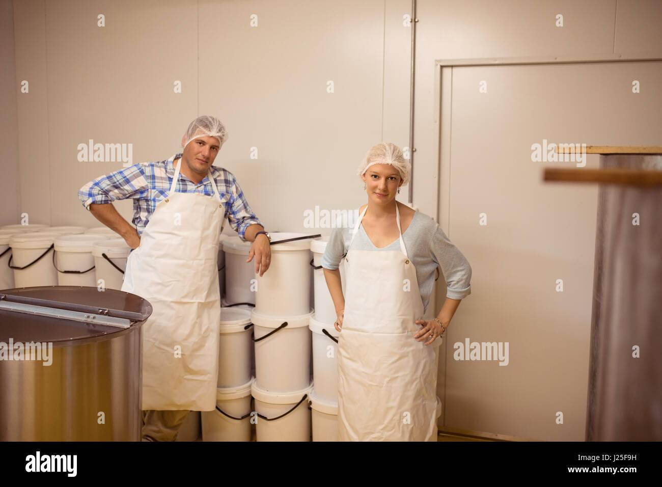 Ritratto di maschio e femmina apicoltori in abbigliamento protettivo in fabbrica Immagini Stock
