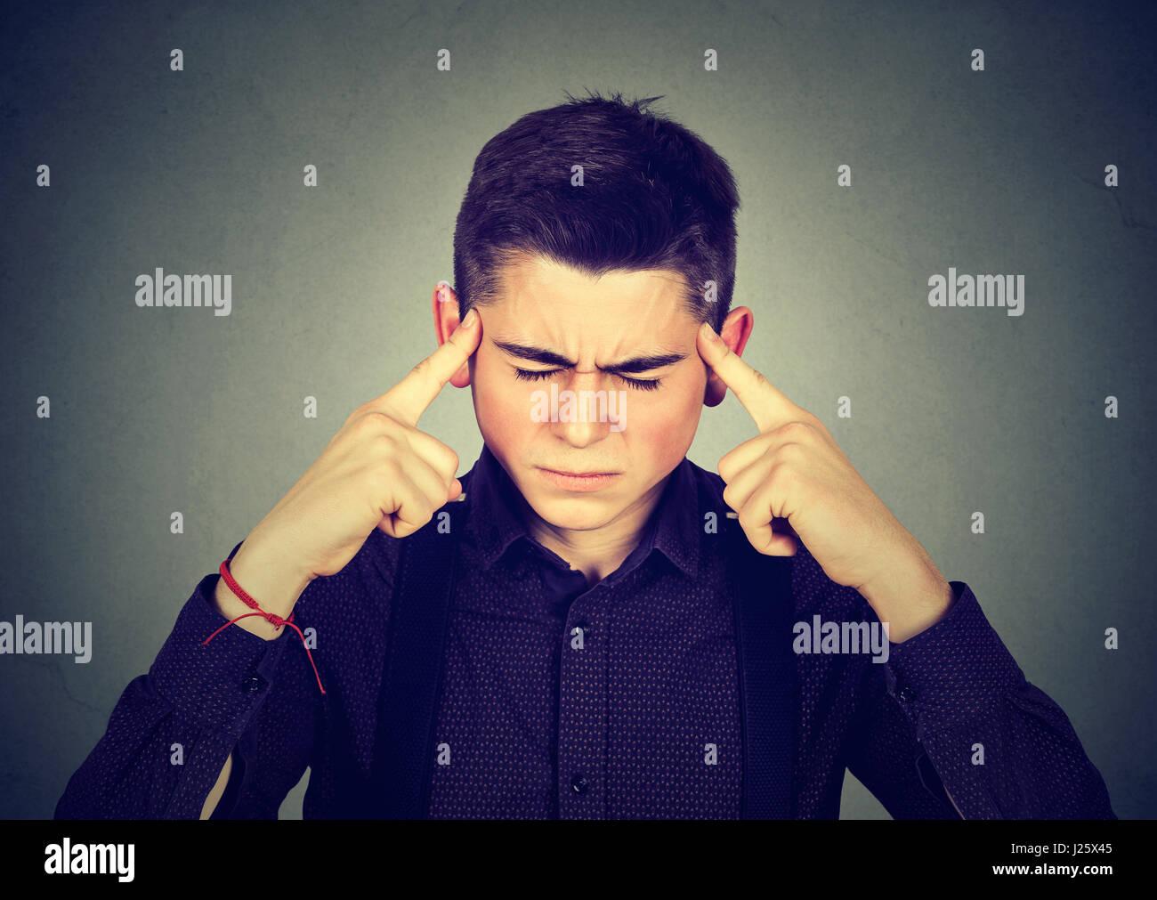 Closeup ritratto triste giovane uomo bello con preoccupato ha sottolineato l'espressione faccia guardando verso Immagini Stock