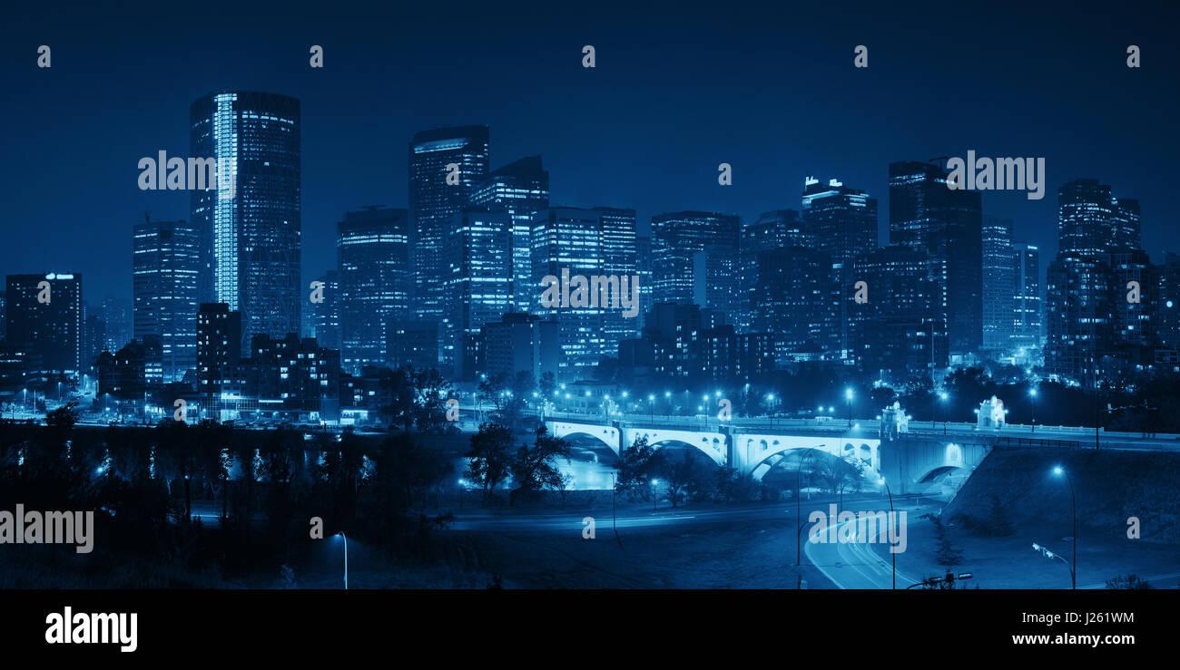 Calgary downtown cityscape con grattacieli e ponte di notte, Canada. Immagini Stock