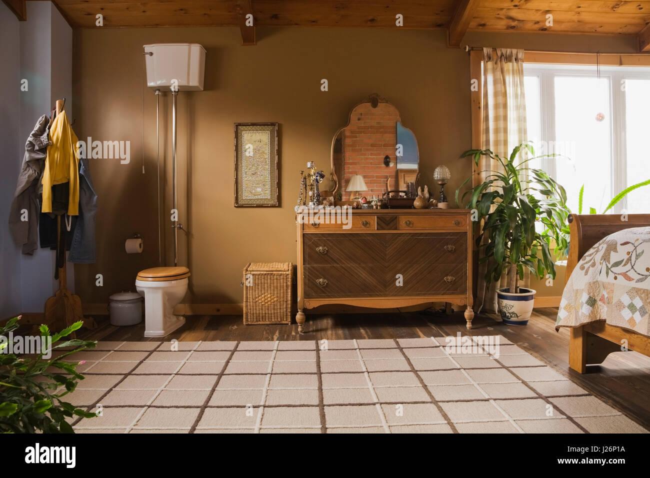 Camera Da Letto Padronale Foto : La camera da letto padronale con alta serbatoio wc e in legno