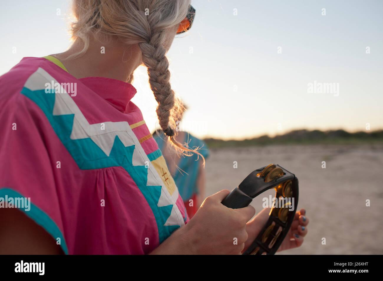 Giovane donna giocando un tamburello Immagini Stock
