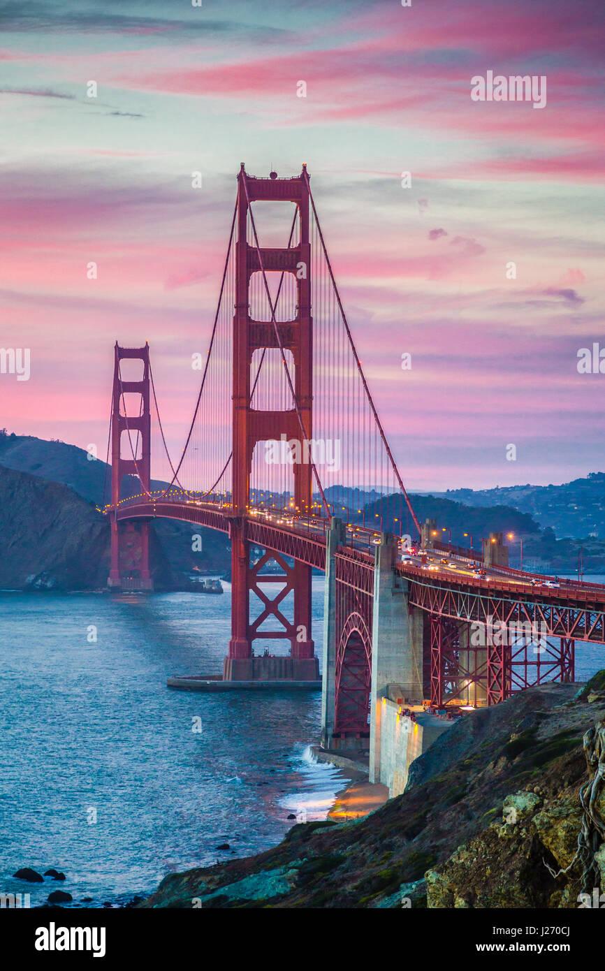 Classic vista panoramica del famoso Golden Gate Bridge visto da scenic Baker Beach in splendida post tramonto crepuscolo Immagini Stock