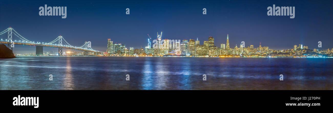 Classic vista panoramica dello skyline di San Francisco con il famoso Oakland Bay Bridge illuminato nel bellissimo Immagini Stock