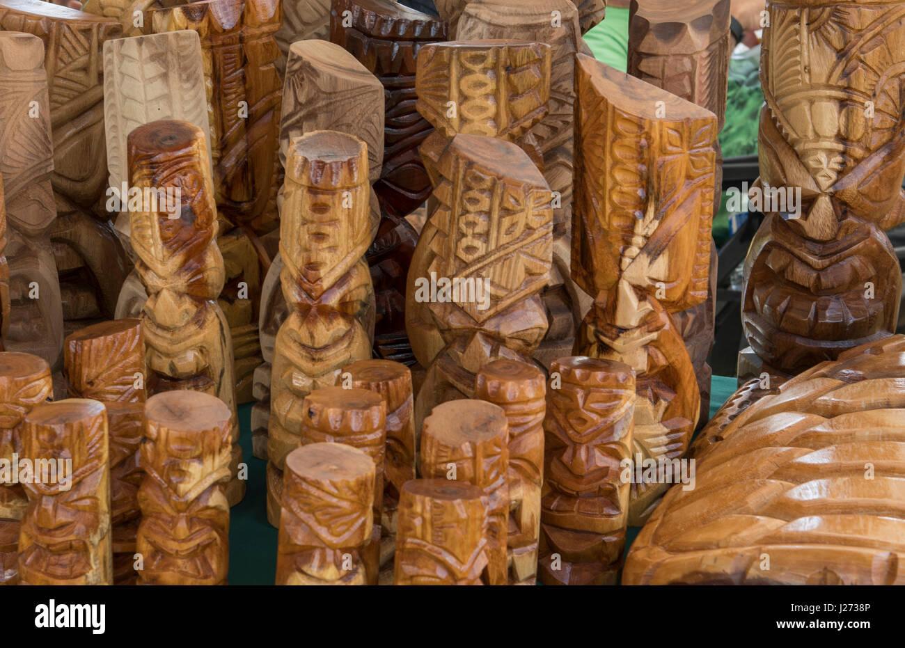 Kapaa Kauai Hawaii il mercato delle pulci con Hawaiian sculture in legno per la vendita Foto Stock