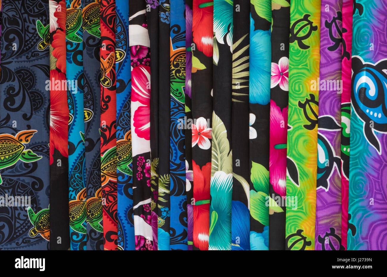 Kapaa Kauai Hawaii il mercato delle pulci con Hawaiian tessuti clorful sarong per la vendita Foto Stock