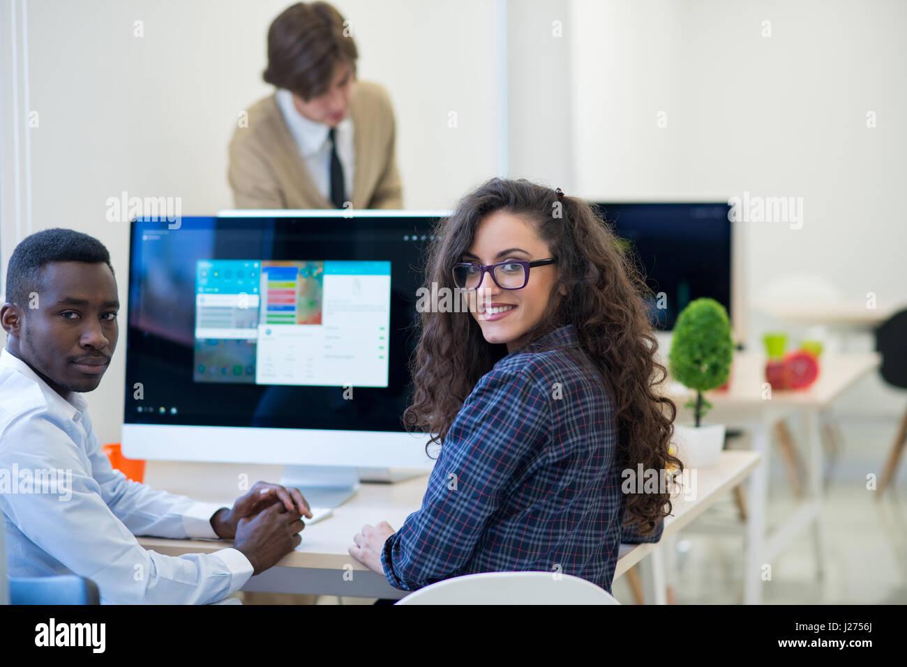 Gruppo multietnico di happy business persone che lavorano con il computer portatile in ufficio Immagini Stock