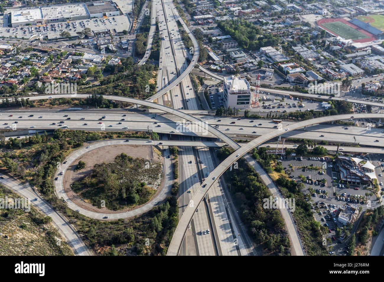 Vista aerea del Glendale 2 e Ventura 134 Interscambio superstrada in Eagle Rock quartiere di Los Angeles, California. Immagini Stock