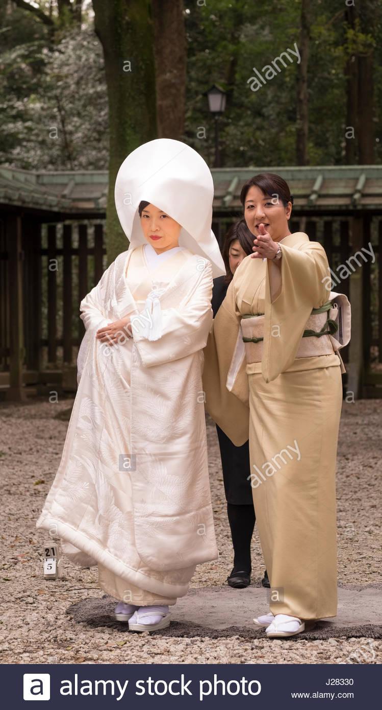 Sposa di indossare il kimono tradizionali con una testa Tsunokakushi coperchio dopo un Photoshoot, lo Shintoismo Immagini Stock