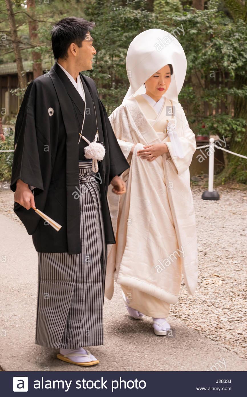 Sposa indossando il tradizionale kimono con un Tsunokakushi la copertura della testa e lo sposo indossando il tradizionale Immagini Stock