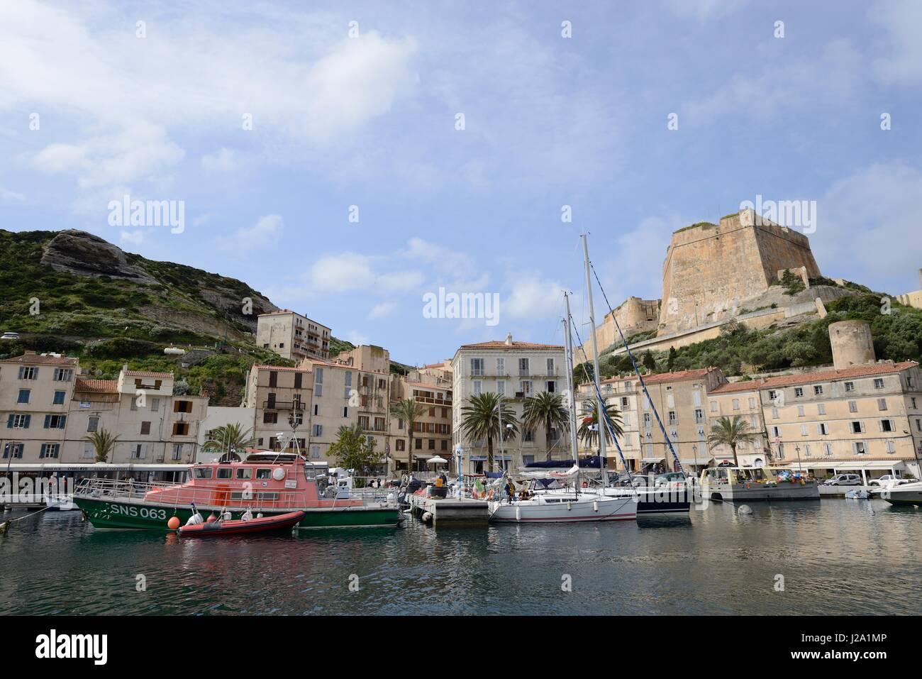 Vista sulla cittadella storica di Bonifacio, visto dal porto al di sotto di Immagini Stock
