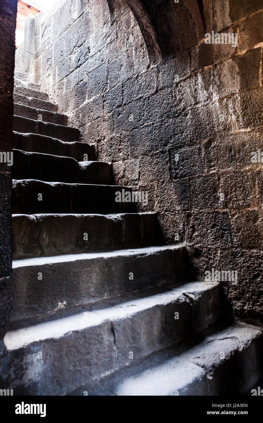 Una ripida scalinata di pietra in Shaniwar Wada, Pune, Maharashtra, India. Immagini Stock