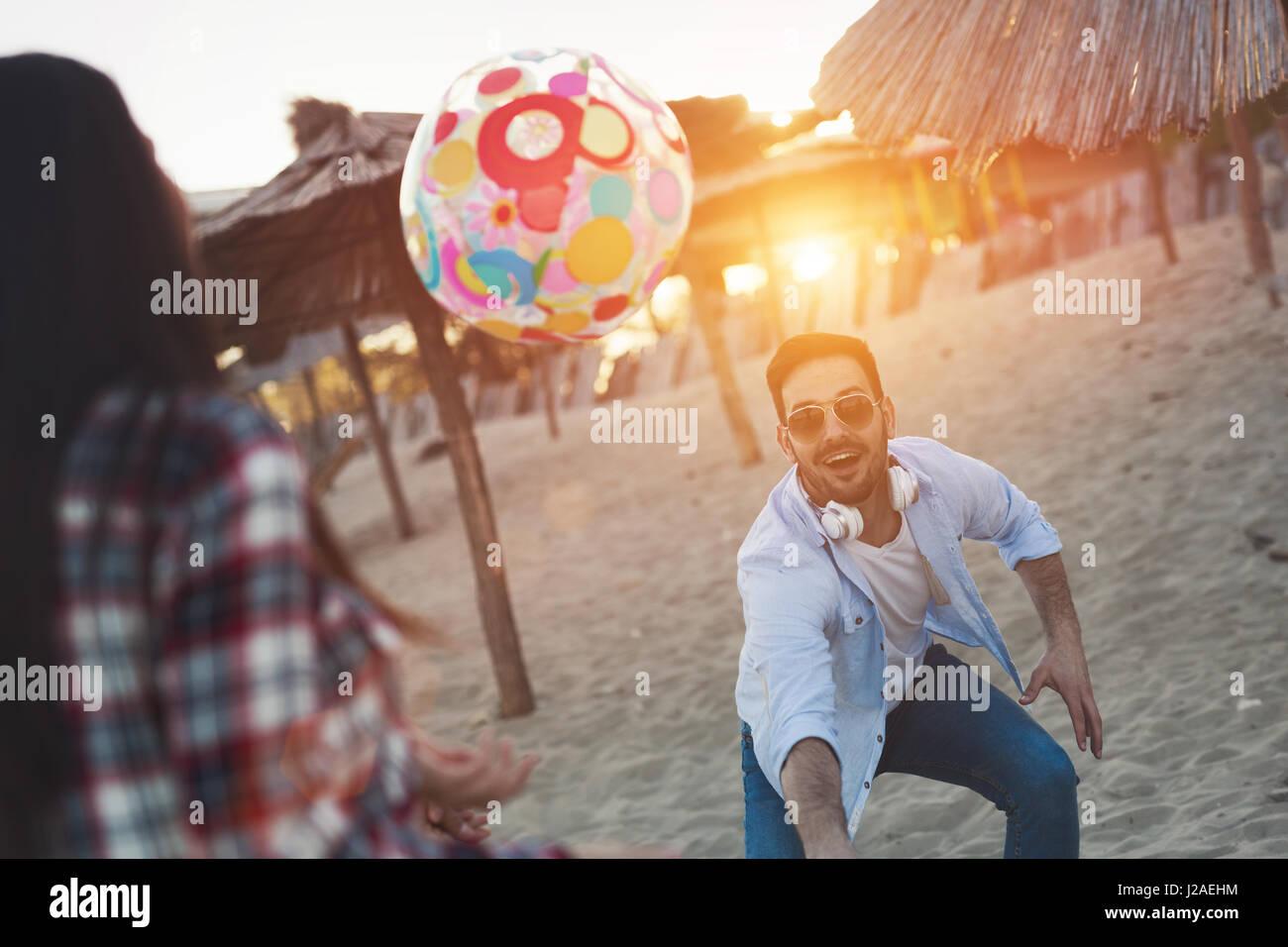 Un gruppo di giovani felici hanno divertimento sulla spiaggia durante le vacanze estive Immagini Stock