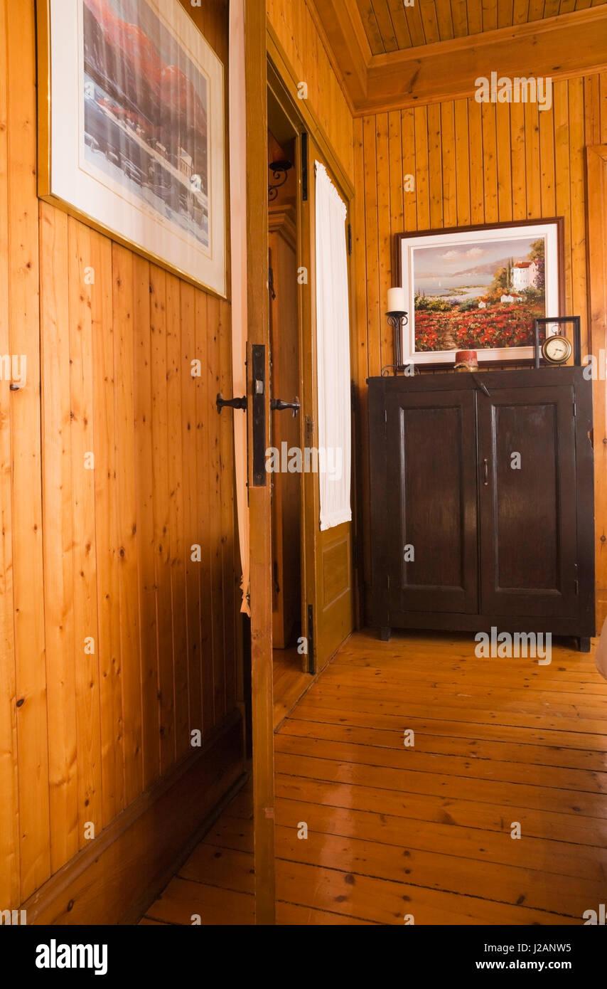 Vendita Mobili Stile Vecchia America in legno antico armadio antico in un angolo di una camera