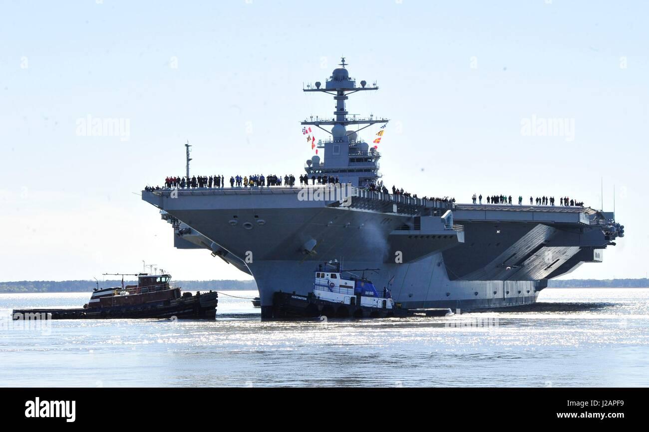 U.S. marinai uomo le rotaie come NEGLI STATI UNITI Navy Gerald Ford-class portaerei USS Gerald Ford si diparte Huntington Immagini Stock