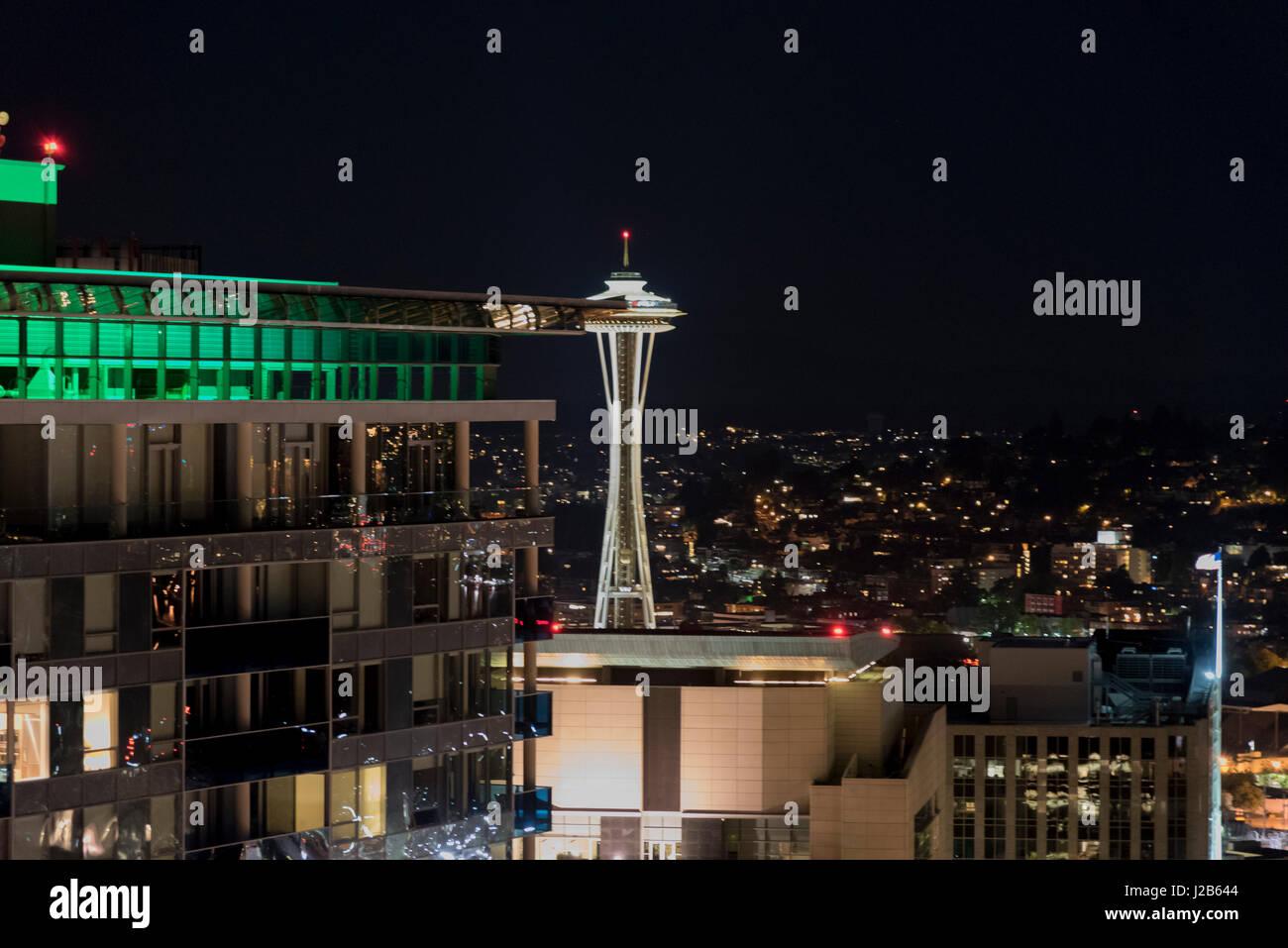 Vista notturna di Seattle Space Needle dal centro cittadino di alta crescita Foto Stock