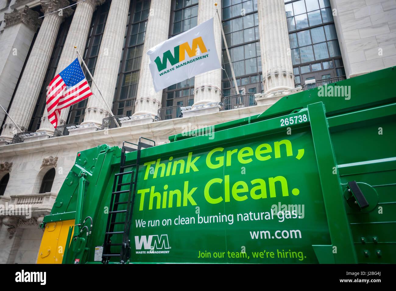 Gestione dei rifiuti (WM) veicoli sono parcheggiato di fronte al New York Stock Exchange su Venerdì, Aprile Immagini Stock