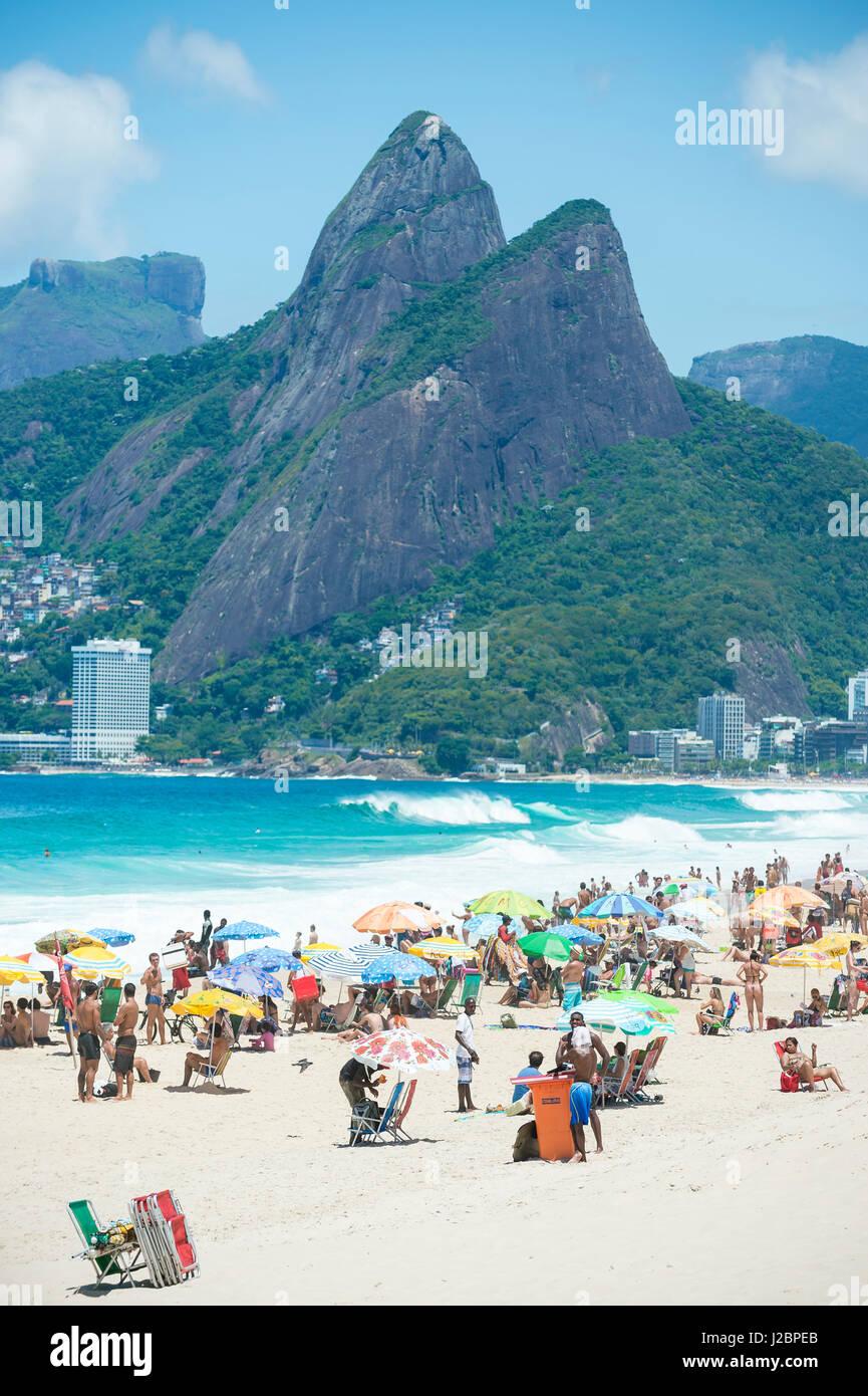 RIO DE JANEIRO - Febbraio 9, 2017: Beachgoers folla Ipanema Beach in una luminosa mattina d'estate. Immagini Stock
